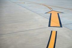 Желтое направление подписывает внутри авиапорт. Стоковые Фото