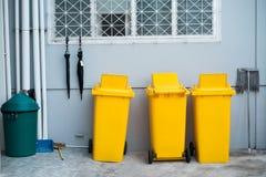 Желтое пластичное trashbin Стоковые Изображения