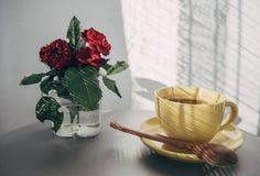 Желтое чашек чаю стоковые фотографии rf