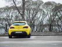 Желтое ctg astra opel припарковало около железной загородки Стоковая Фотография RF