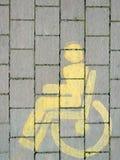 Желтой знак выведенный из строя кресло-коляской Вертикальный состав Стоковая Фотография RF