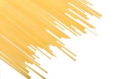 Желтые лапши макаронных изделий изолированные на белой предпосылке Длинные сырые спагетти Питательные итальянские блюда скопируйт Стоковые Фотографии RF