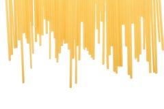Желтые лапши макаронных изделий изолированные на белой предпосылке Длинные сырые спагетти Питательные итальянские блюда скопируйт Стоковое Изображение