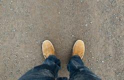 Желтые ботинки на дороге Стоковое Изображение