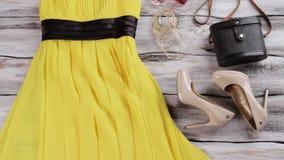 Желтые ботинки платья и пятки видеоматериал