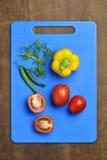 Желтые болгарский перец, томат, Chili и Cilantro на прерывая доске Стоковые Фотографии RF