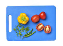 Желтые болгарский перец, томат, Chili и Cilantro на разделочной доске Стоковое Изображение RF