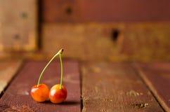 Желтые вишни на деревянной предпосылке Стоковое Изображение