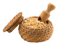 Желтые горохи в деревянном шаре с шпателем Стоковая Фотография RF