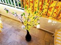 Желтые и белые искусственные цветки Стоковая Фотография RF
