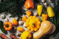 Желтые и зеленые овощи на белом деревянном столе горизонтальном Стоковое Фото