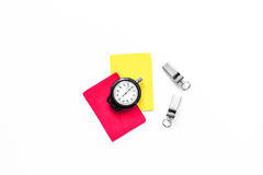 Желтые и красные карточки рефери, секундомер, свисток на белом copyspace взгляд сверху предпосылки Стоковые Фотографии RF