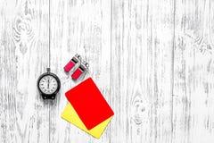 Желтые и красные карточки рефери, секундомер, свисток на деревянном copyspace взгляд сверху предпосылки Стоковое Изображение RF