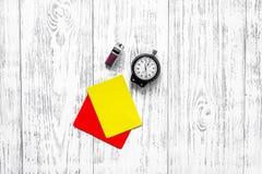 Желтые и красные карточки рефери, секундомер, свисток на деревянном copyspace взгляд сверху предпосылки Стоковые Фото