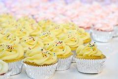 Желтые и розовые пирожные Стоковое Фото