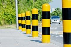 Желтые и черные столбы обеспечения безопасности на дорогах Стоковая Фотография RF