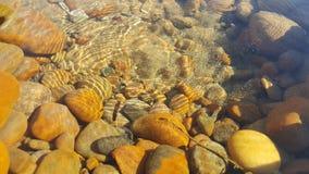 Желтые камни в чистой воде Стоковое Изображение