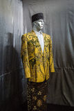 Желтые костюм и саронг при картина батика показанная в фото музея батика принятом в Pekalongan Индонезию Стоковые Фотографии RF