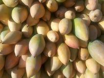 Желтые манго для продажи на индийском магазине Стоковые Фото