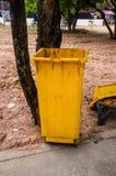 Желтые мусорные ведра стоковое изображение rf