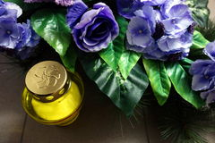 Желтые доносчик и венок от голубых цветков Стоковое Изображение