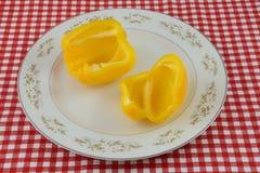 Желтые половины болгарского перца на плите Стоковое фото RF