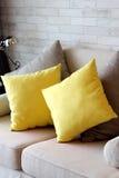 Желтые подушки в квартире живущей комнаты Стоковые Изображения RF