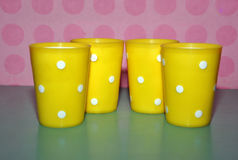 Желтые пластичные чашки Стоковые Изображения