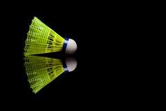 Желтые пластичные shuttlecocks при голубая прокладка изолированная на черноте Стоковое фото RF