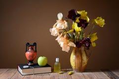 Желтые радужки, amphorae, яблоко и книга Стоковые Изображения RF