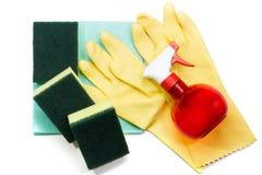 Желтые резиновые перчатки и губки скруббера на голубом napki чистки Стоковое фото RF