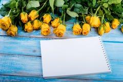 Желтые розы и бумага Стоковые Изображения