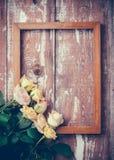 Желтые розы и деревянная рамка Стоковые Изображения