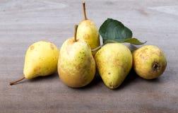 Желтые сезонные груши с лист на предпосылке старых доск Стоковая Фотография