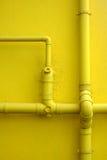 Желтые стена и трубы здания Стоковое Изображение RF