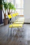 Желтые стулья в комнате Интерьер с строкой желтых стульев Фотоснимок сделанный с 5Dm2 и объективом TS Стоковые Фотографии RF