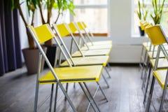 Желтые стулья в комнате Интерьер с строкой желтых стульев Фотоснимок сделанный с 5Dm2 и объективом TS Стоковое фото RF
