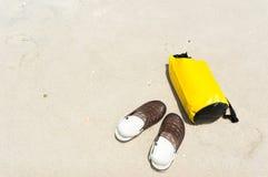 Желтые сумка и ботинки на пляже Стоковое фото RF