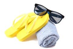 Желтые темповые сальто сальто, голубое полотенце и солнечные очки Стоковая Фотография RF
