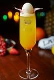 Желтые тропические коктеиль или лимонад спирта с украшением Стоковая Фотография RF