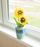 Желтые тюльпаны в вазе Стоковые Изображения
