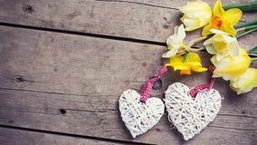 Желтые тюльпаны и цветки daffodils и 2 белых декоративной он Стоковое фото RF