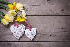 Желтые тюльпаны и цветки daffodils и 2 белых декоративной он Стоковая Фотография