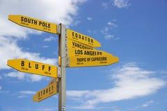 Желтые указатели к крупным городам от накидки Reinga, Новой Зеландии стоковые фотографии rf