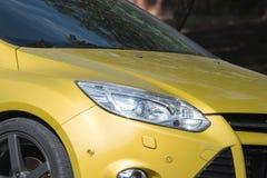 Желтые фары автомобиля Детали экстерьера автомобиля стоковое фото rf