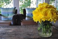 Желтые хризантемы в вазе Стоковое фото RF