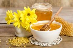 Желтые цветки и продукты мед пчелы, цветень, соты Стоковые Изображения RF