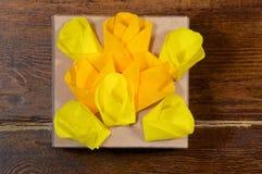Желтые цветки над концом-вверх подарочной коробки Стоковые Фотографии RF