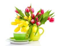 Желтые цветки тюльпанов с чаем чашки Стоковые Фотографии RF