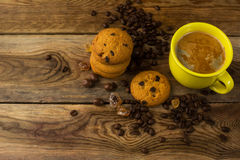 Желтые чашка кофе и кофейные зерна, взгляд сверху Стоковое Фото